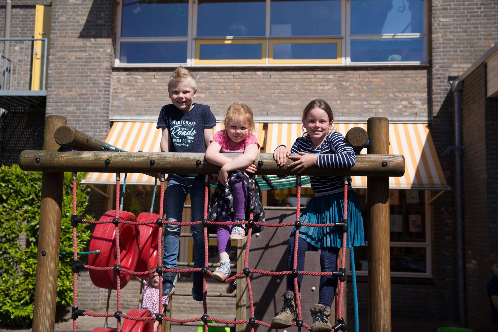 Kinderen klimmen op klimrek. De Oudercommissie adviseert over veiligheid op onze locaties.