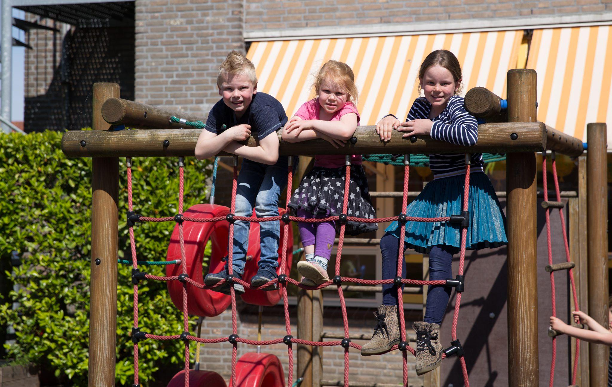 kinderen op klimrek