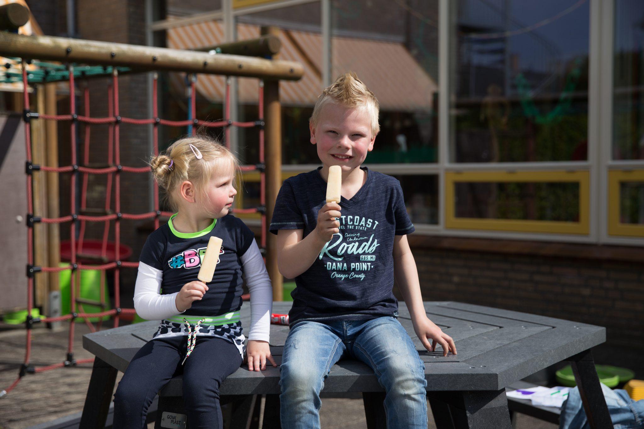 kinderen eten ijsje op KDV Villa Eigen-Wijs
