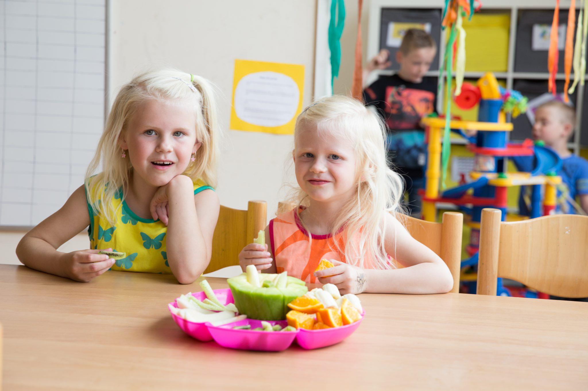 kinderen met fruitschaal