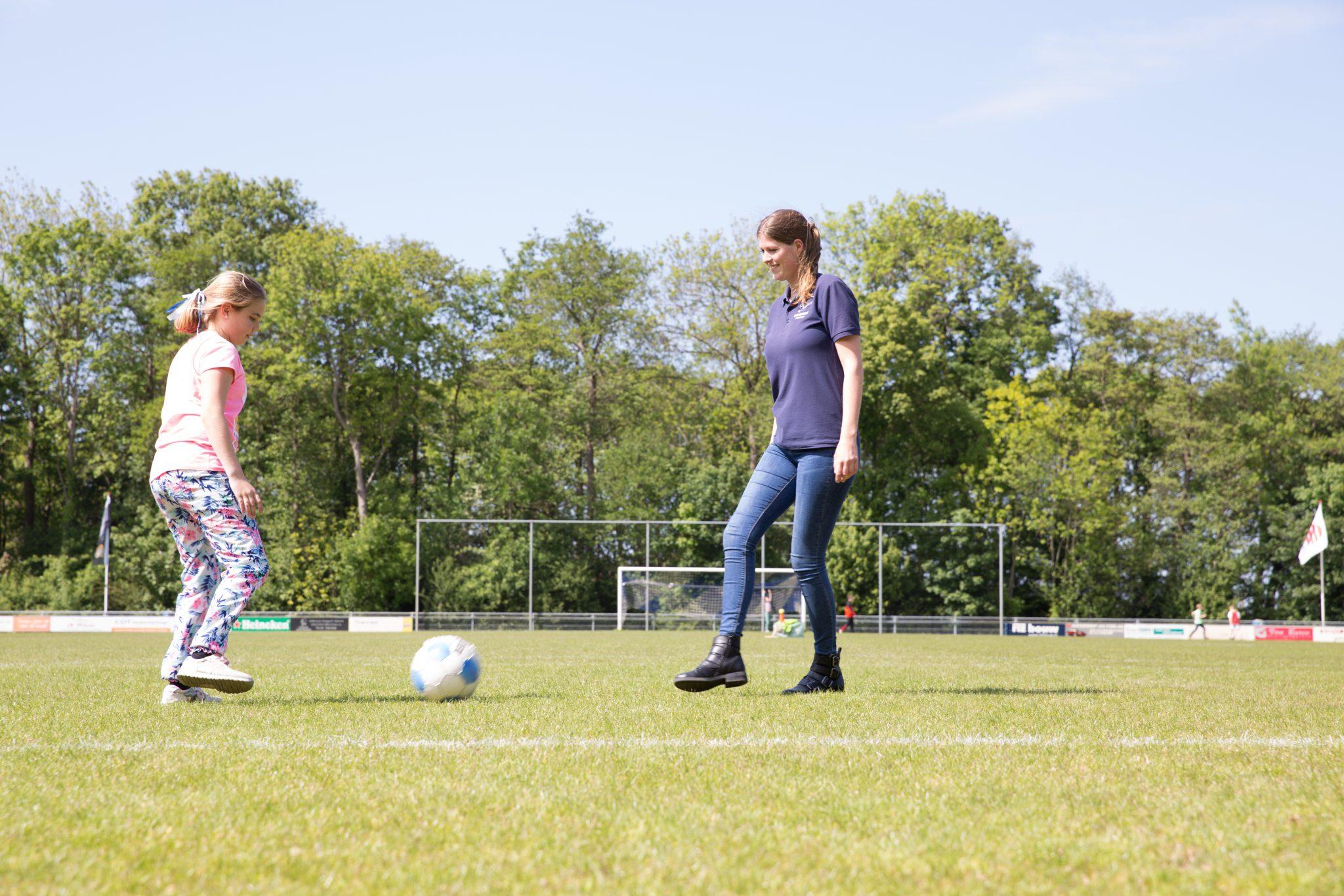 voetballende pm en kind