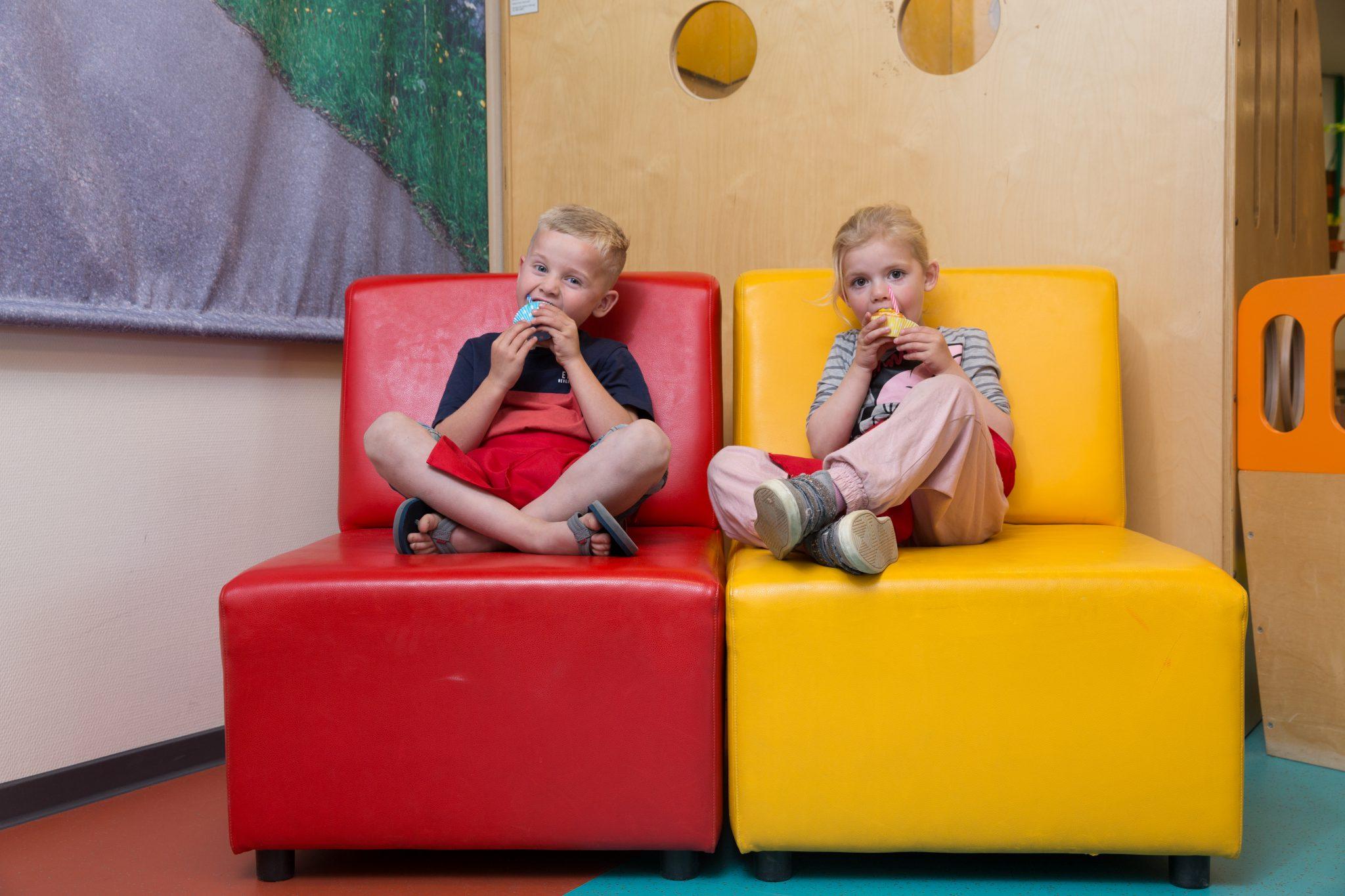 kinderen met cakeje op bank