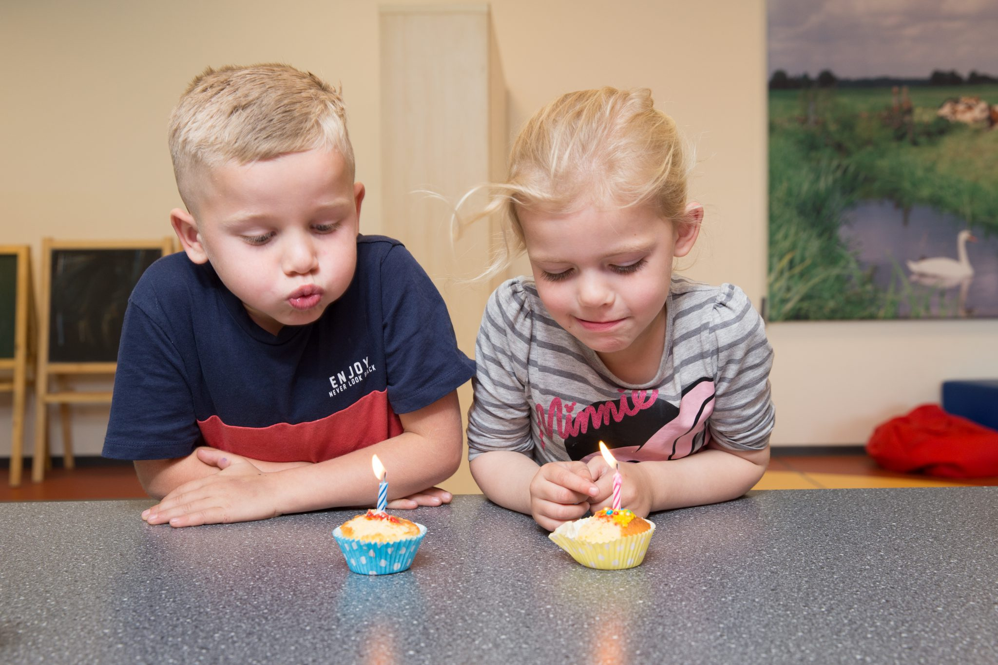 kinderen blazen kaarsjes uit