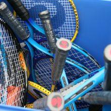 Mand met tennisrackets op de Sport-BSO